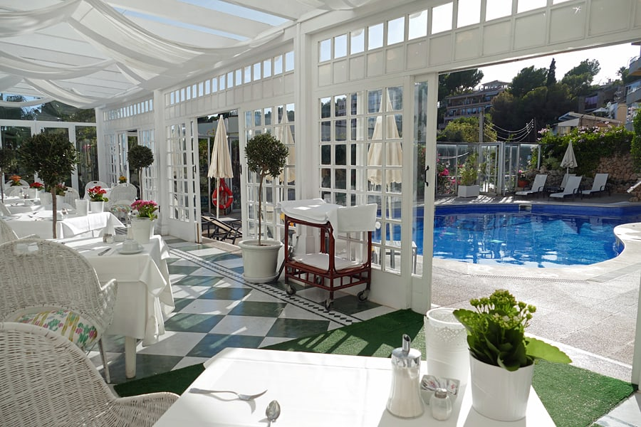 Breakfast room and heated swimming pool at the Bonsol Hotel, Mallorca